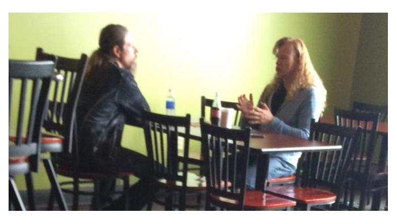 Dave Mustaine og Lamb Of Gods Chris Adler på cafebesøg. En af flere tegn på at de to var ved at starte et samarbejde